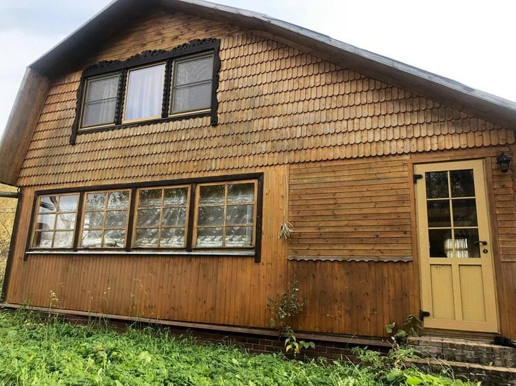 Двухэтажный деревянный дом актер Владимир Стержаков выставил на продажу. Фото — Анна Ломанова