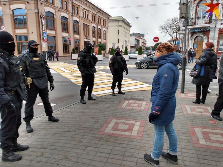 В Гомеле на акцию протеста вышло несколько десятков человек: ОМОН периодически перекрывает движение.