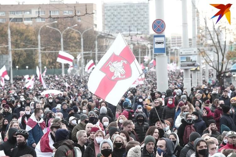 """Многие протестующие минчане вышли на улицу с бчб-флагами и гербом """"Погоня""""."""