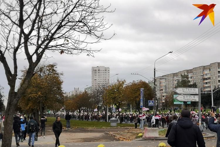 Колонна протестующих с включенными в телефоне фонариками в Серебрянке.