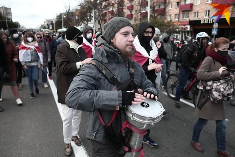 """Минчане играли на барабанах, скандировали """"Жыве Беларусь"""" и несли в руках плакаты."""