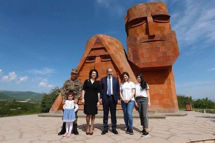 Вся семья Пашинян на фоне памятника в Нагорном Карабахе. Сын в военной форме, поскольку записался добровольцем в армию.