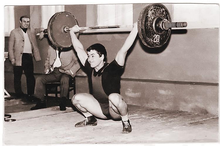 Студент мединститута Гена Онищенко - кандидат в мастера спорта по тяжелой атлетике - толкает штангу весом... 157 кг! Донецк, 1972 год. Фото: Личный архив