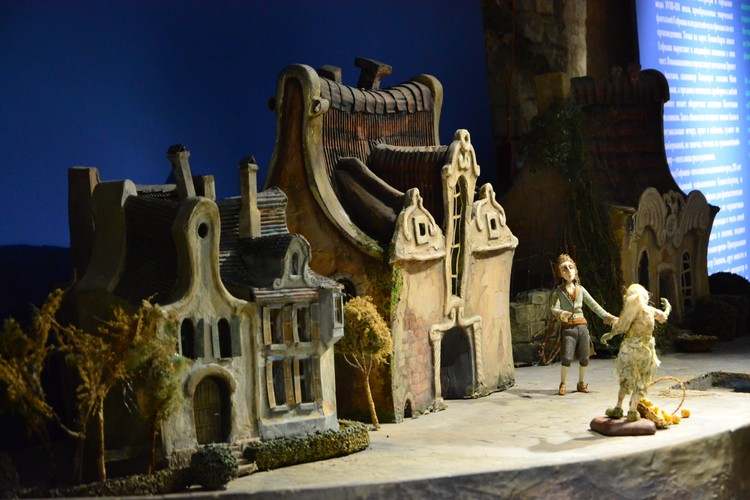 Если приглядеться, в кукольных домиках можно узнать здания Кенигсберга.