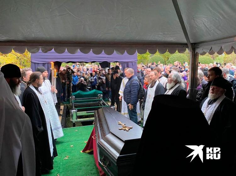 Похоронили батюшку Дмитрия Смирнова. Царствия Небесного! Вечная память.