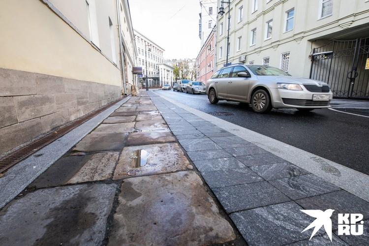 Историческая плитка, которую нашли при реконструкции улицы.