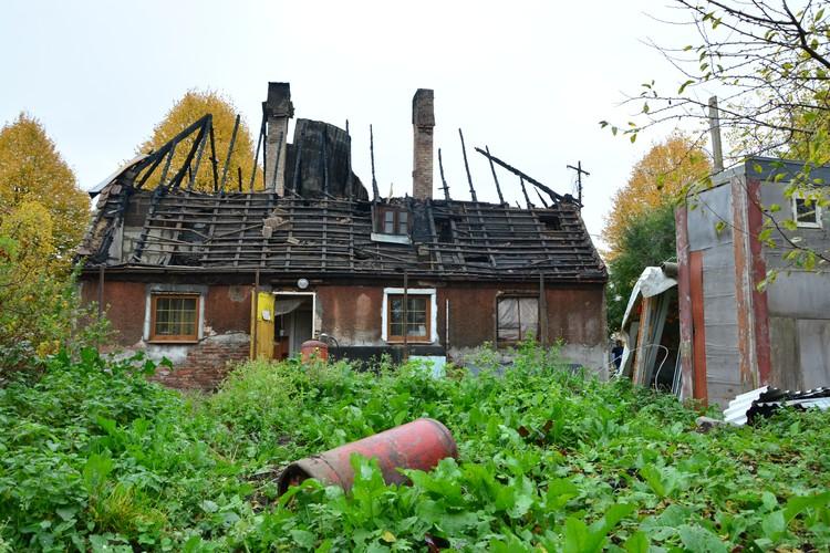 Этот газовый баллон, судя по всему, из дома успели вынести пожарные.