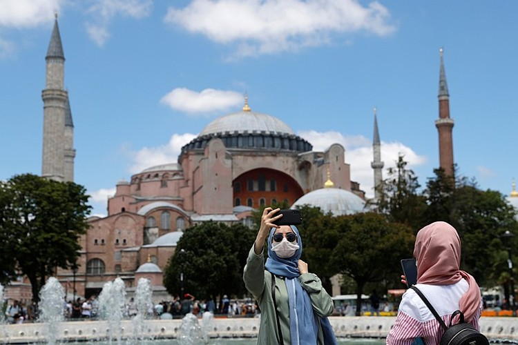 Святая София перестала быть музеем и стала мечетью, этот ход был направлен на возрождение Османской империи