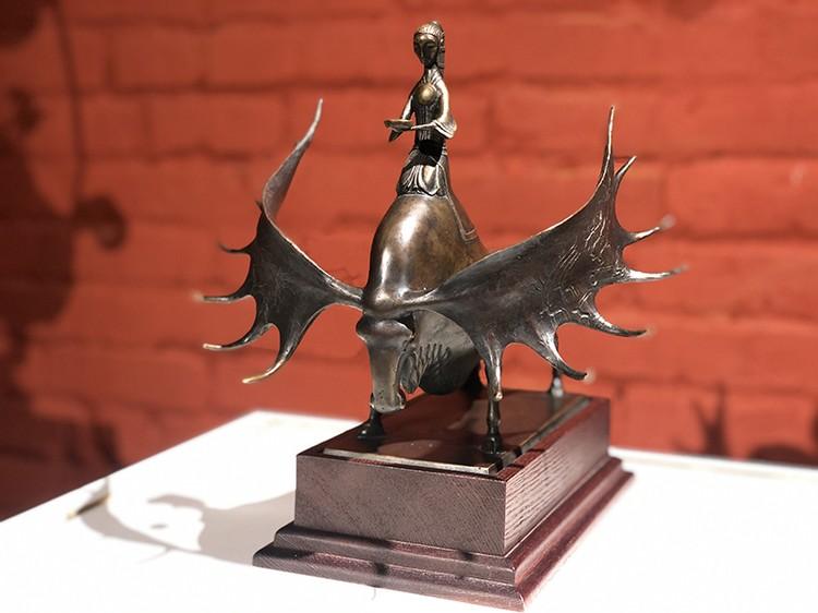 В экспозиции - и авторская модель для отливки скульптуры «Золотая Шория», и другие выдающиеся работы Даши Намдакова. Фото: Краеведческий музей