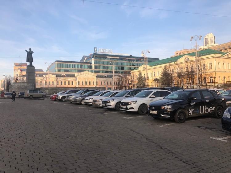 Водители заняли почти всю парковку на Площади 1905 года