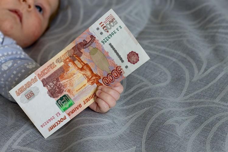 С 7 ноября вступает в силу закон, по которому для продления выплат на детей до трех лет никуда ходить с заявлением и подтверждающими невысокие доходы документами не надо.