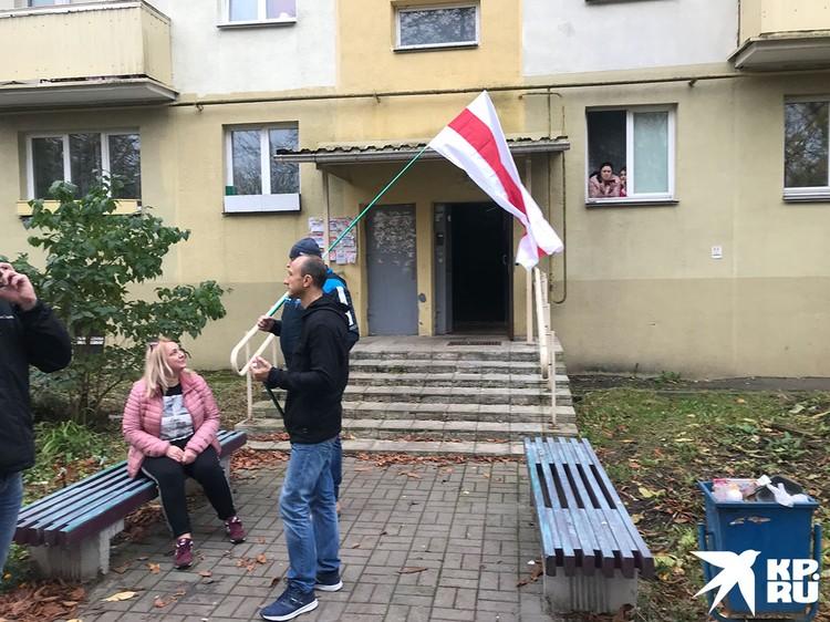 Характерный штрих: сочувствующие жители домов открывали подъезды и ждали разгона, чтобы принять беженцев.