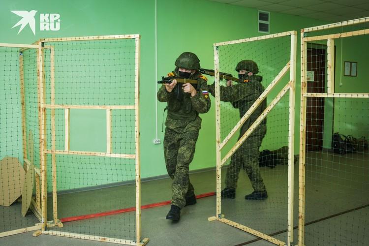 В училище есть лазерный тир, где можно отработать навыки стрельбы, не расходуя боеприпасы.