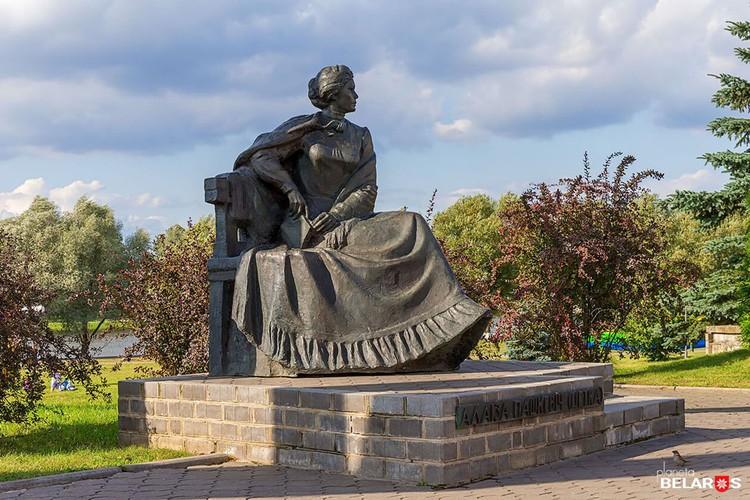 Памятник Цётке установлен в Щучине. Фото: Сергей Плыткевіч planetabelarus.by