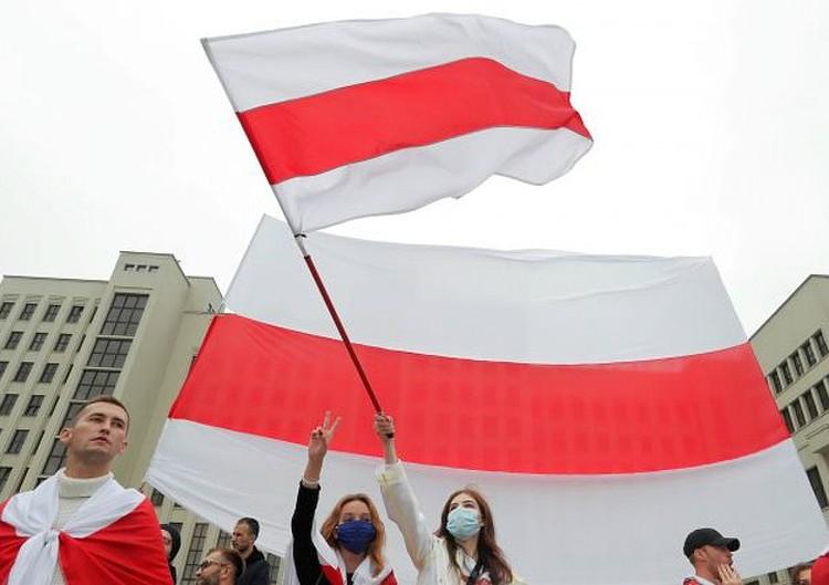 Артиста раздражают бело-красно-белые флаги оппозиции: мол, под ними ходили и те, кто сотрудничал с Гитлером. Фото: Vasily Fedosenko/REUTERS