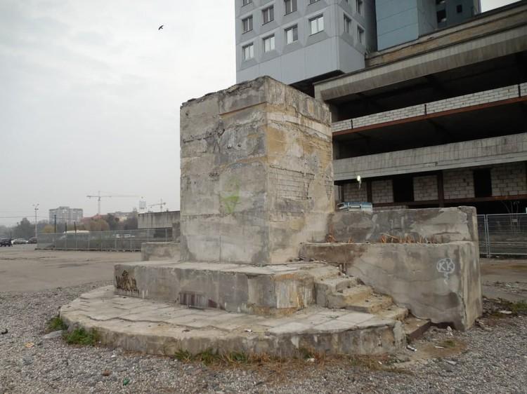 Постамент памятника Ленину теперь стоит у Дома Советов.