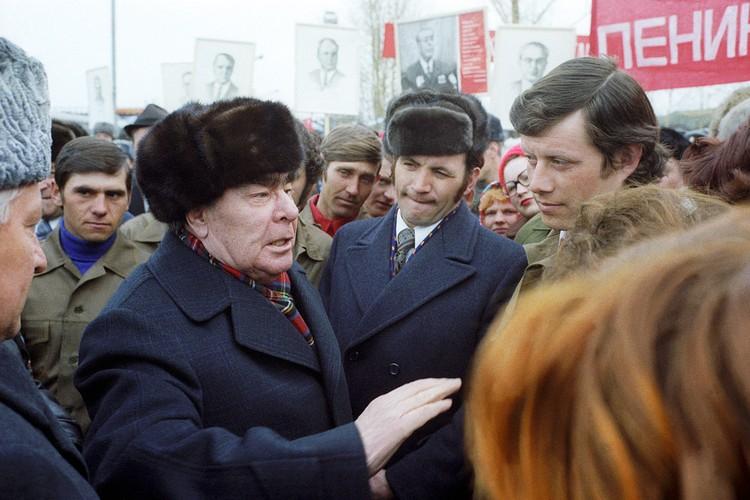 При Брежневе никому и в голову не могло прийти, что такая огромная держава может рухнуть. Но когда люди слишком долго живут в стабильности, они перестают ее ценить