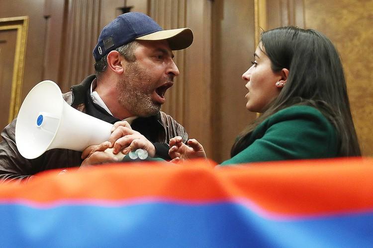 Ворвавшиеся в правительственное здание много спорили, вырывая друг у друга мегафон. Фото: Станислав Красильников/ТАСС