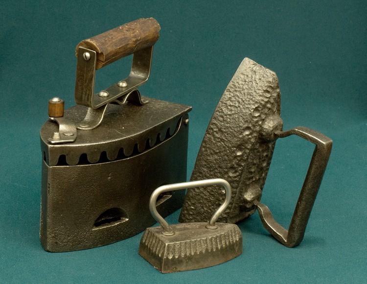 На выставке представлены более 30 утюгов - в том числе и несколько электрических, времен СССР. Фото: Музей-заповедник «Кузнецкая крепость»