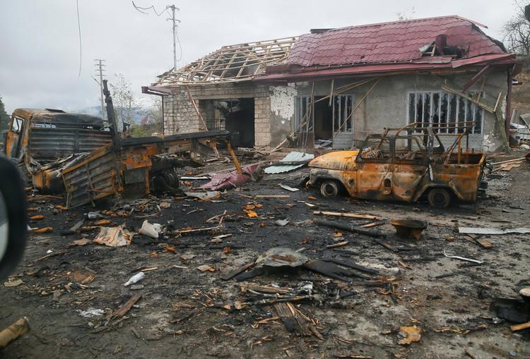 Многие жители тех районов Нагорного Карабаха, которые, согласно договору, должны перейти Азербайджану, в спешке покидают родные места, оставляя за собой в буквальном смысле выжженное поле