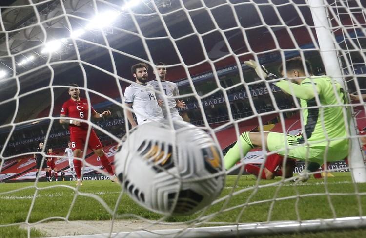Финал первого тайма - сборная Турции забивает нашим в ближний угол второй мяч.