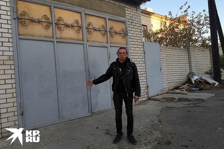 Олег Сойнов показывает гараж мучителей.