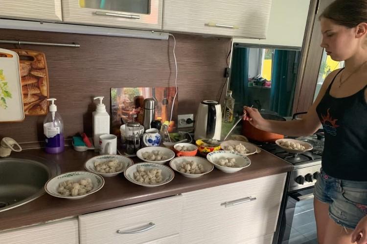 Пока родители лежали с температурой, готовили на семью старшие девочки. Фото из архива семьи
