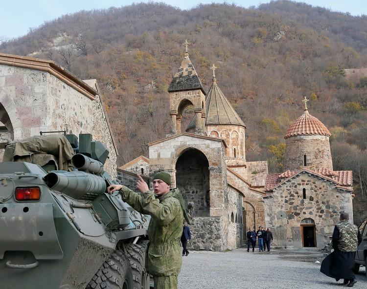 Российские миротворцы у монастыря Дадиванк в Нагорном Карабахе.