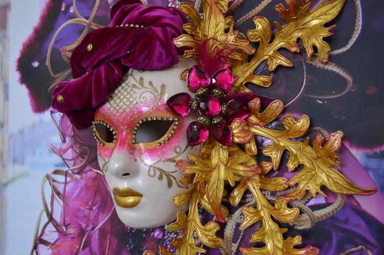 В экспозиции представлены 59 инсталляций - картины с видами Венеции и закрепленными на них масками. Фото: ТГМВЦ