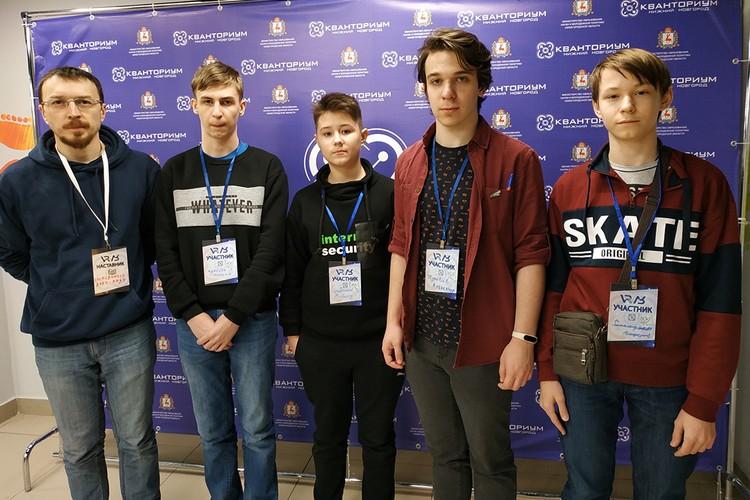 Александр (второй справа) участвовал в олимпиадах и научных конкурсах во многих городах России. Фото: предоставлено героем публикации