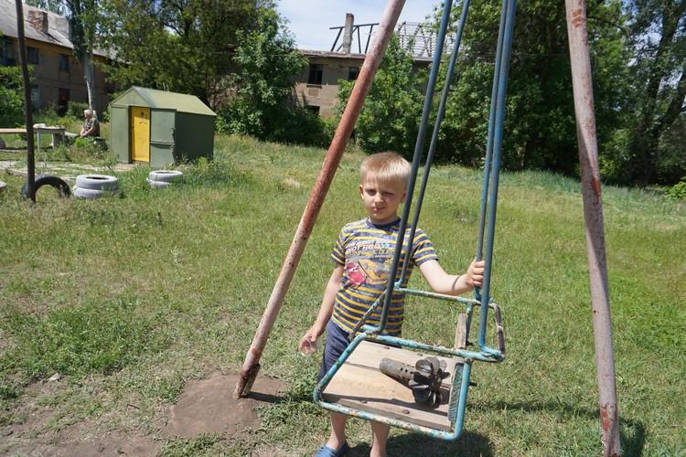 Мальчик из поселка шахты Гагарина под Горловкой