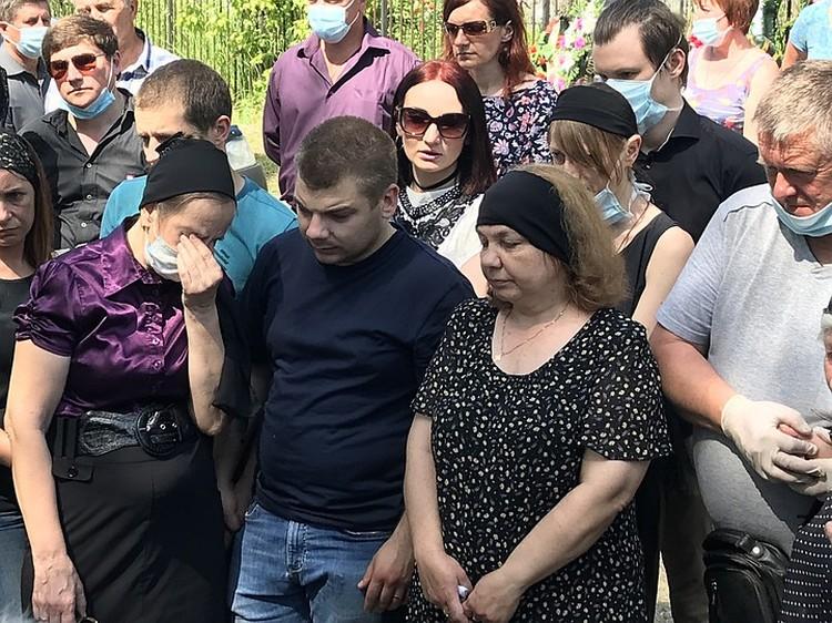 Официальная жена Сергея Захарова Маргарита с сыном на похоронах.