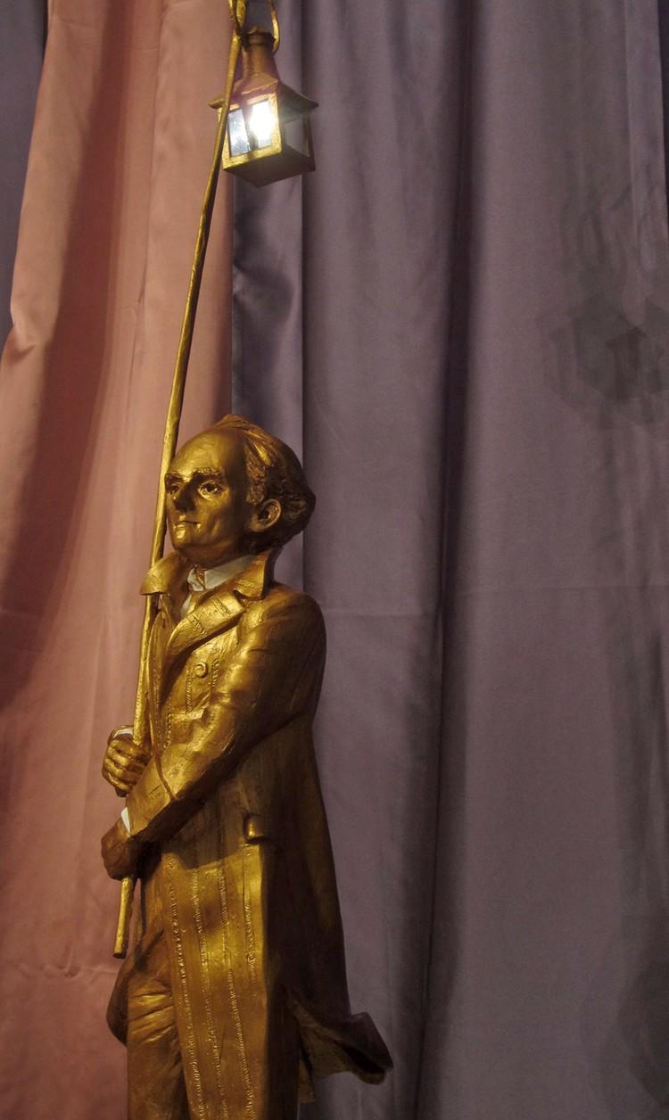 Скульптор, большой поклонник творчества поэта, так и изобразил его: молодого, еще не замученного, с железнодорожным фонарем на длинной палке. Фото: Игоря Дуардовича