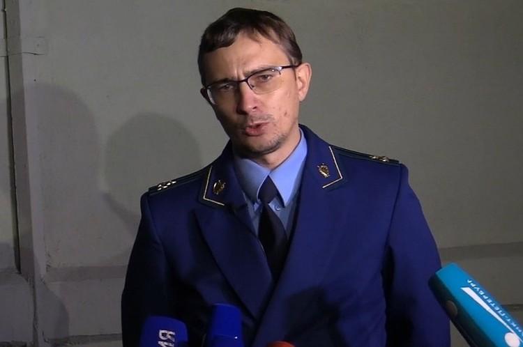 Герой дня - прокурор Игорь Ивкин. Именно он уговорил обезумевшего мужчину отпустить детей и сдаться.