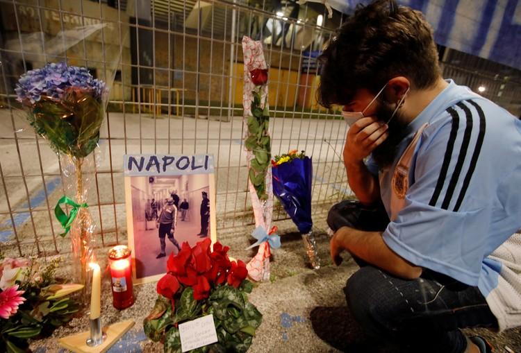 Фанаты оплакивают смерть легенды аргентинского футбола Диего Марадоны у стадиона Сан-Паоло в Неаполе