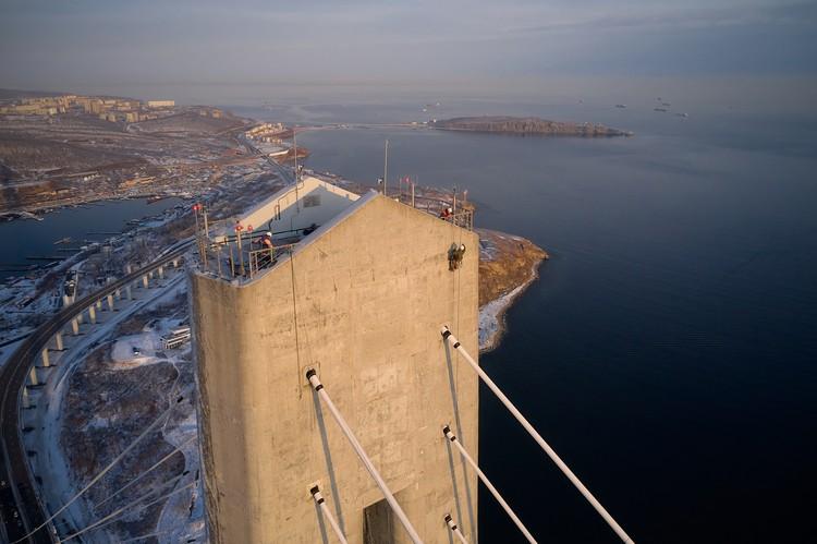 Напомним, что из-за обледенения движение по мосту запретили еще на прошлой неделе. Фото: Виктор Гохович.