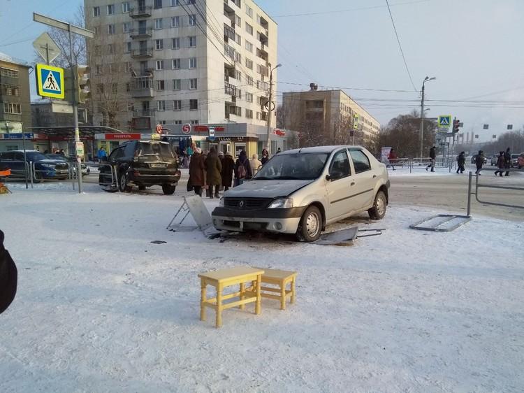 В ДТП пострадали шесть человек: трое из машины отказались от госпитализации. Еще троих увезли на скорой: двоих пешеходов и одного пассажира иномарки.