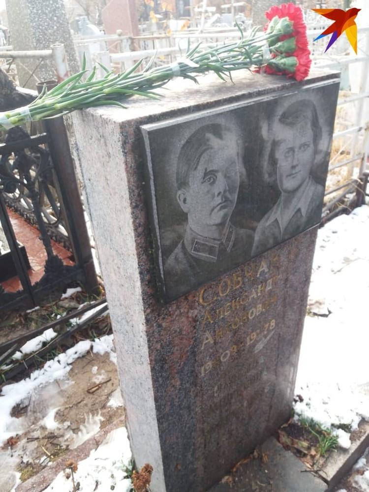 Друг семьи принес цветы на могилу супругов Собчак.