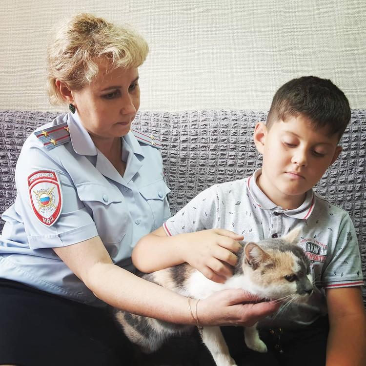 Ирина Улина спасла котенка. Фото: ГУ МВД по Краснодарскому краю.