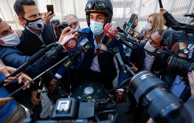 Лечащий врач Марадоны Леопольдо Луке отбивается от журналистов.