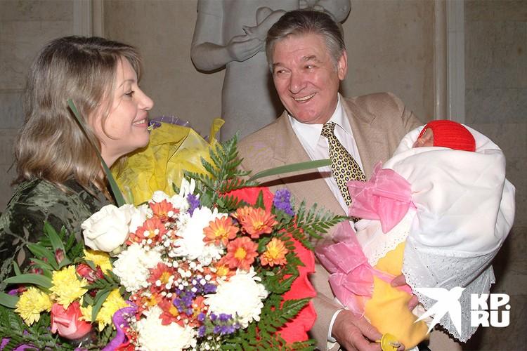 Александр Белявский с супругой и маленькой дочкой. Фото из архива Экспресс-газеты