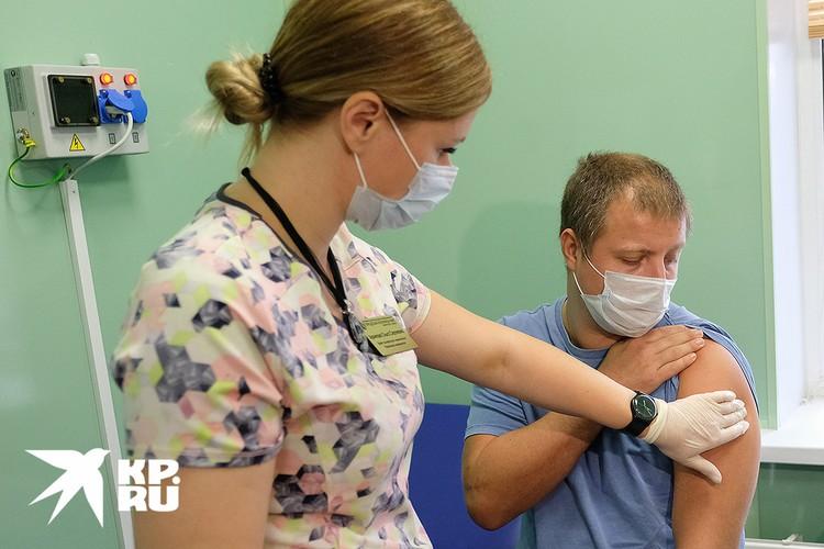 Вакцина состоит из двух компонентов, поэтому на вакцинацию придется придти дважды.