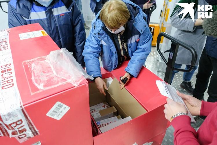 Тем временем в Санкт-Петербург доставили еще одну партию вакцины от коронавируса.