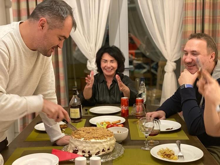 Семейный вечер без грима — Надежда Бабкина дома с сыном и любимым мужчиной.