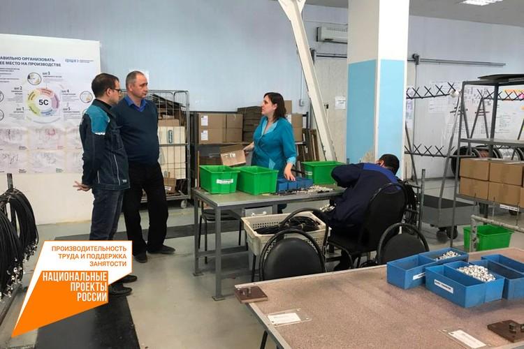 Сотрудники предприятия собирают электрожгуты, 95% из которых идут на сборочный конвейер АВТОВАЗа. Фото: Министерство промышленности и торговли Самарской области
