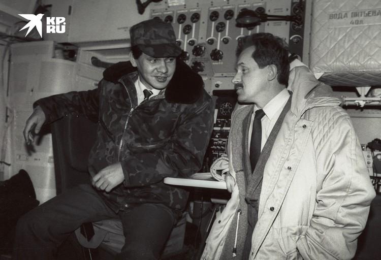 Сергей Шойгу и Сергей Кудинов на борту самолета Ил-76, летящего в район Осетино-Ингушской войны в 1992 году