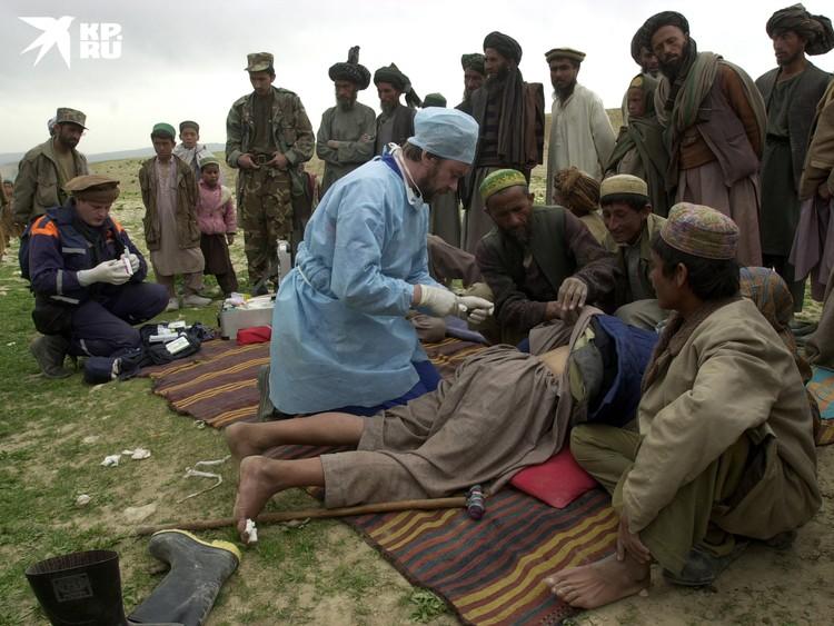 Врач МЧС оказывает помощь афганцам, пострадавшим от землетрясения в марте 2002 года