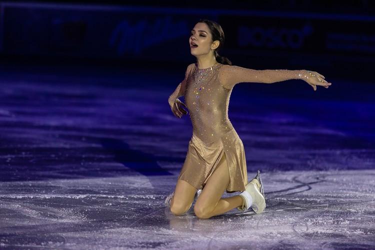 Евгения Медведева вышла на лед в показательных выступлениях в Челябинске.