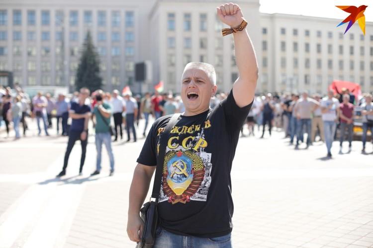 Мужчина выкрикивает лозунги на митинге в поддержку Александра Лукашенко. Минск, площадь Независимости, 16 августа 2020 года.