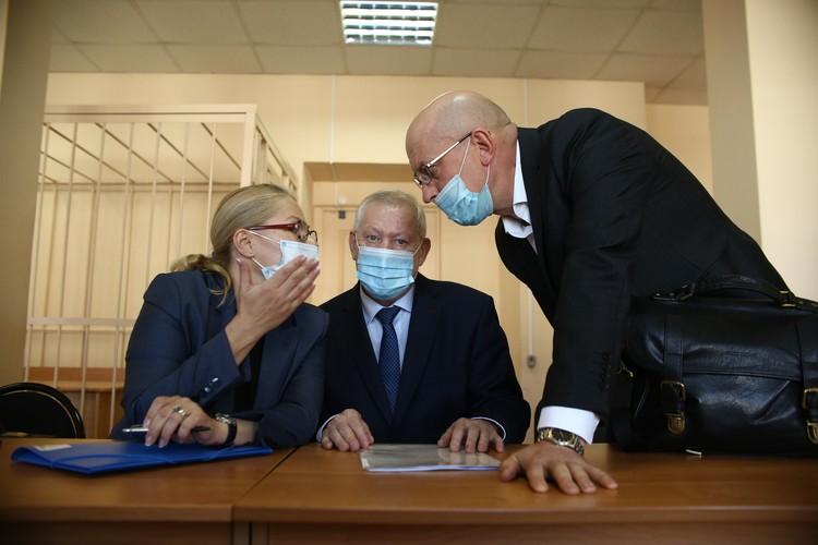 Из-за коронавируса приговор бывшему мэру Челябинска Евгению Тефетелеву, обвиняемому во взяточничестве, вынесли за закрытой дверью. Но мы успели посмотреть ему в глаза